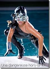 """Lady Gaga, jaillissant hors de l'eau telle Aphrodite, avec un superbe masque-boule disco, dont le regard lance des éclairs semblant dire : """"que celui qui m'a poussée se dénonce"""""""